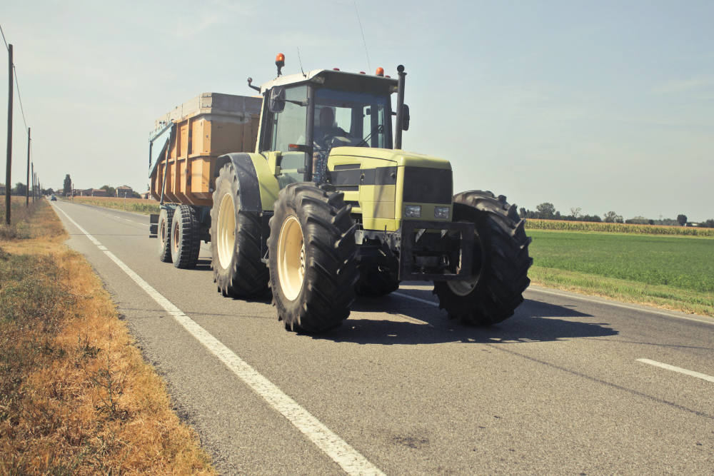 Information Nzara : un tracteur sur la route